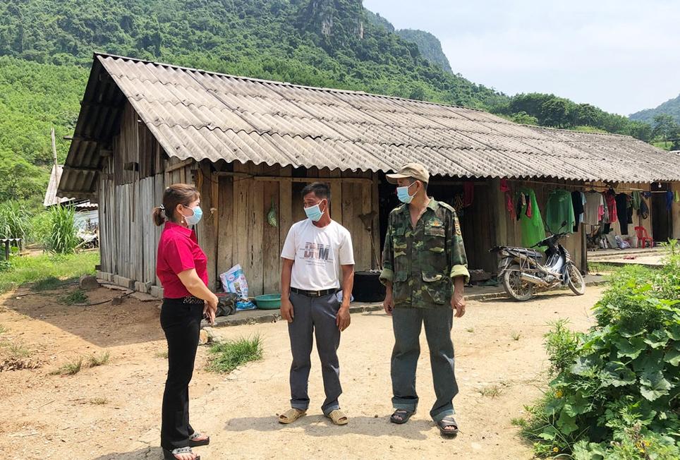 Cán bộ xã La Hiên khảo sát nhu cầu nhà ở của đồng bào dân tộc Mông xóm Khuôn Ngục