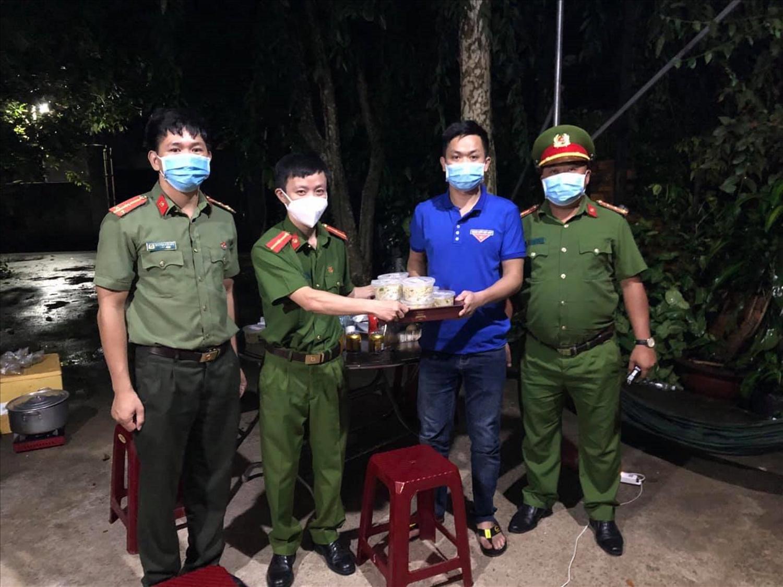 Thanh niên Công an Đắk Lắk gửi suất ăn đến các chốt chống dịch