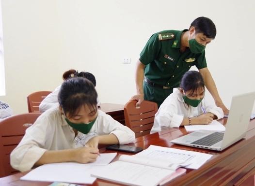 Cán bộ, chiến sĩ Tổ công tác Rào Tre hỗ trợ học sinh tại lớp học trực tuyến