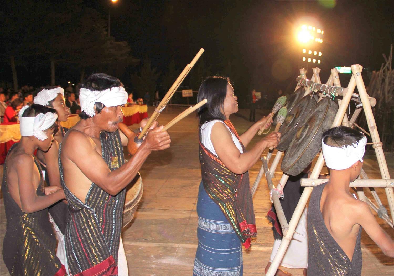 NNƯT Touneh Mabio và Đội văn nghệ dân gian Chu Ru biểu diễn hợp tấu chiêng ba và kèn rơkél