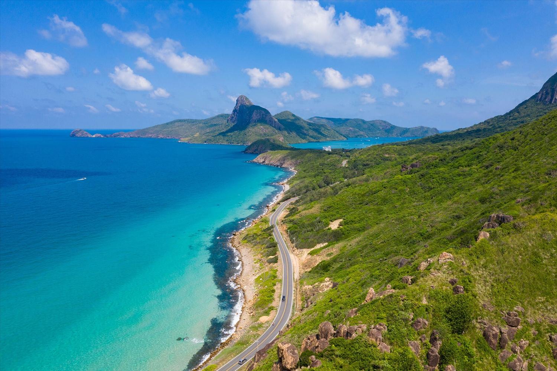 Tuyến đường Bến Đầm nối cảng tàu du lịch với thị trấn Côn Sơn (Côn Đảo) dài khoảng 11 km, là một trong những nơi ngắm cảnh đẹp của đảo