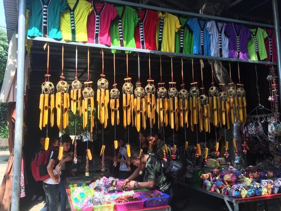 Một gian hàng lưu niệm của người dân phục vụ khách du lịch tới thăm thị trấn Mai Châu