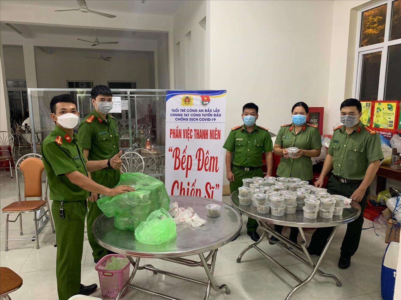 """""""Bếp đêm chiến sĩ"""" của Đoàn thanh niên Công an Đắk Lắk"""