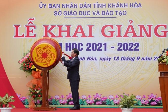 Chủ tịch UBND tỉnh Khánh Hòa Nguyễn Tấn Tuân đánh trống khai giảng năm học mới. Ảnh: Báo Khánh Hòa