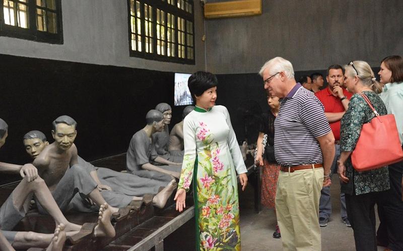 Du khách nước ngoài tham quan tại Nhà tù Hỏa Lò (Ảnh: hoalo.vn)