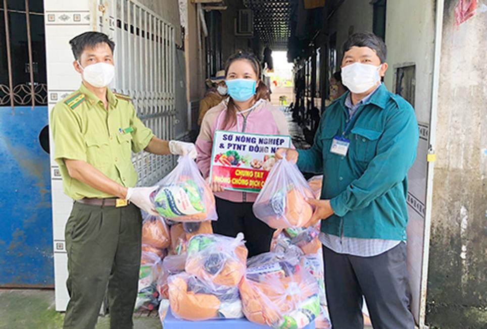 Trao quà cho công nhân người dân tộc thiểu số ở trọ trên địa bàn huyện Nhơn Trạch
