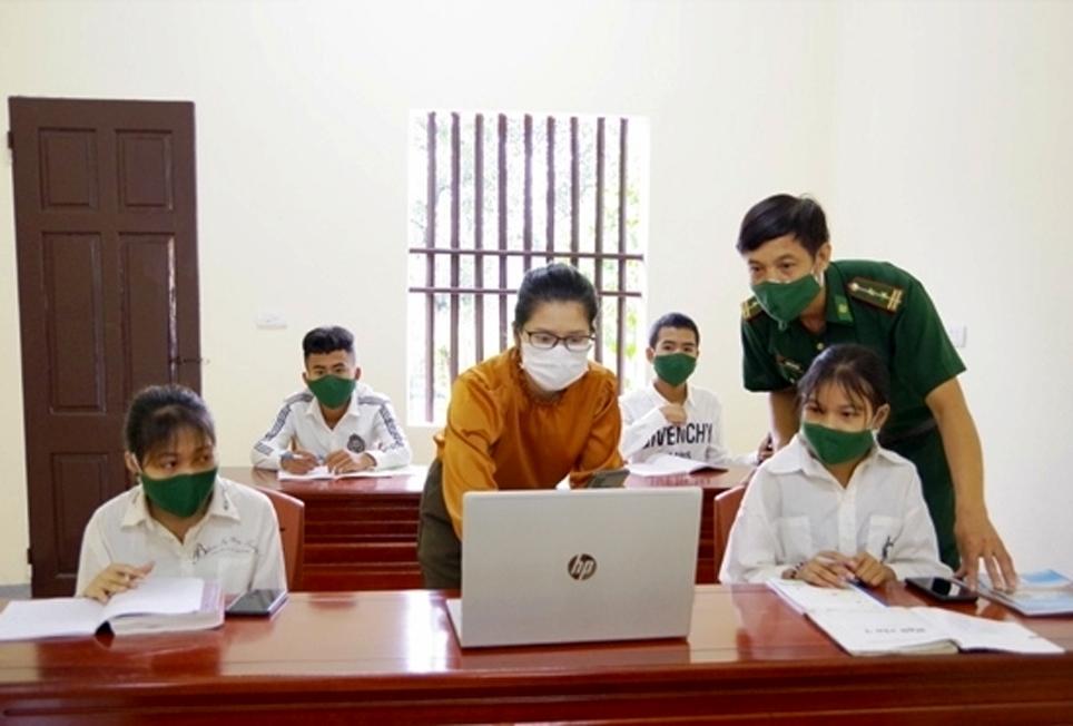 Giáo viên trường THCS và THPT DTNT Hà Tĩnh Trần Thị Lê Na hướng dẫn học sinh người Chứt học trực tuyến