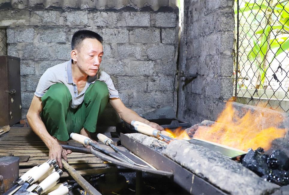 Suốt hơn 30 năm qua, ông Hà đã nguyện gắn bó cả đời mình với nghề rèn