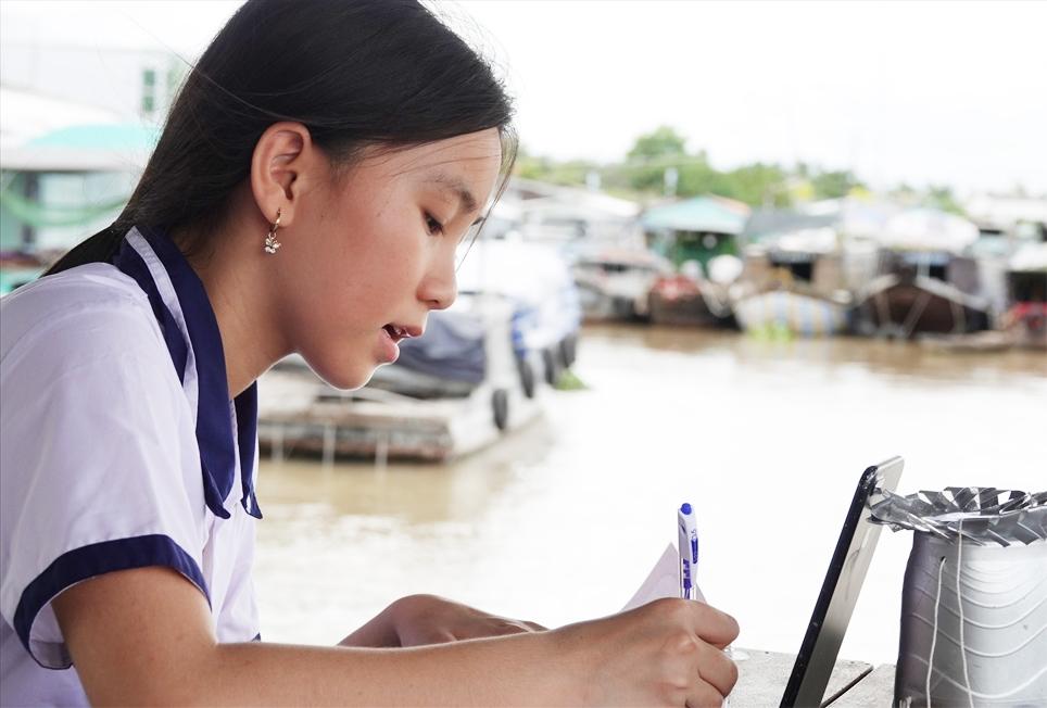 Học sinh học trực tuyến trên chợ nổi Cái Răng