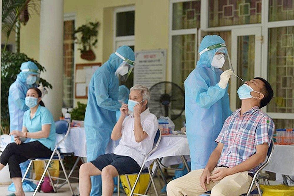 Lấy mẫu xét nghiệm sàng lọc SARS-CoV-2 cho người dân. Ảnh minh họa