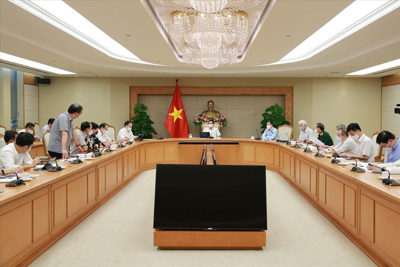 Các nhà khoa học, chuyên gia, Bộ Y tế kỳ vọng, sau khi hoàn thành thử nghiệm đánh giá lâm sàng, các DN dược của Việt Nam sẽ làm việc để có bản quyền sản xuất trong nước. Ảnh VGP/Đình Nam