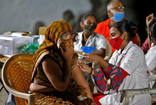 Tiêm vaccine COVID-19 tại một nơi ở dành cho người vô gia cư ở thành phố Ahmedabad, Ấn Độ hôm 10/8 - Ảnh: Reuters
