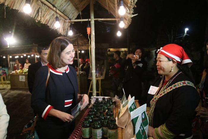 Chị Tẩn Tả Mẩy gặp bà Robyn Mudie, Đại sứ Australia tại Việt Nam tại sự kiện Từ bản làng đến Thị trường của dự án GREAT