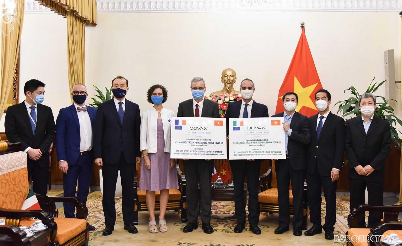 Việt Nam tiếp nhận tượng trưng 1,5 triệu liều vaccine Covid-19 Astra Zeneca do Chính phủ Pháp và Italy tài trợ cho Việt Nam thông qua cơ chế COVAX. (Ảnh: Nguyễn Hồng)