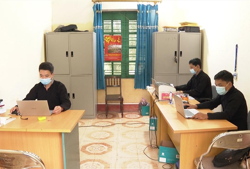 Hơn 1 năm nay, cán bộ, công chức xã Nghĩ Đô thực hiện việc mặc trang phục dân tộc vào ngày đầu tuần
