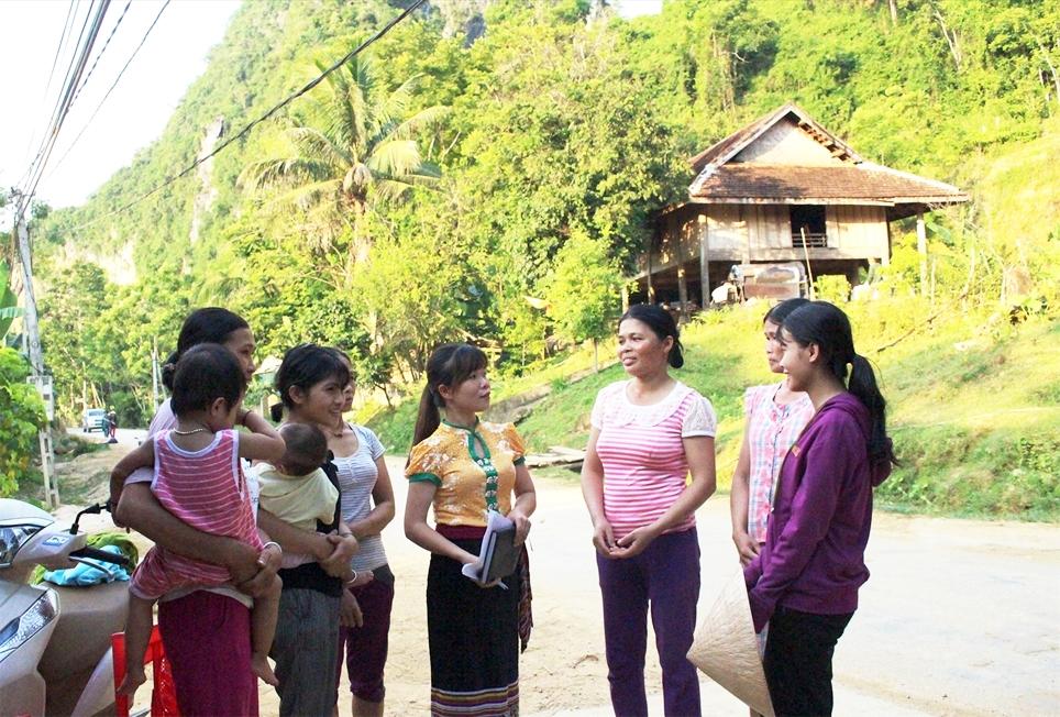 Bí thư Chi bộ bản Bua Lữ Thị Loan (ở giữa, áo vàng) thường xuyên gặp gỡ, trao đổi cùng bà con dân bản. (Ảnh chụp trước ngày 27/4/2021)