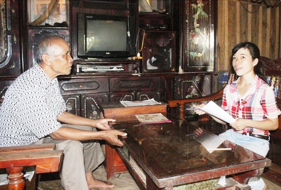 Bí thư Chi bộ Lữ Thị Loan trao đổi cùng người già của bản. (Ảnh chụp trước ngày 27/4/2021).