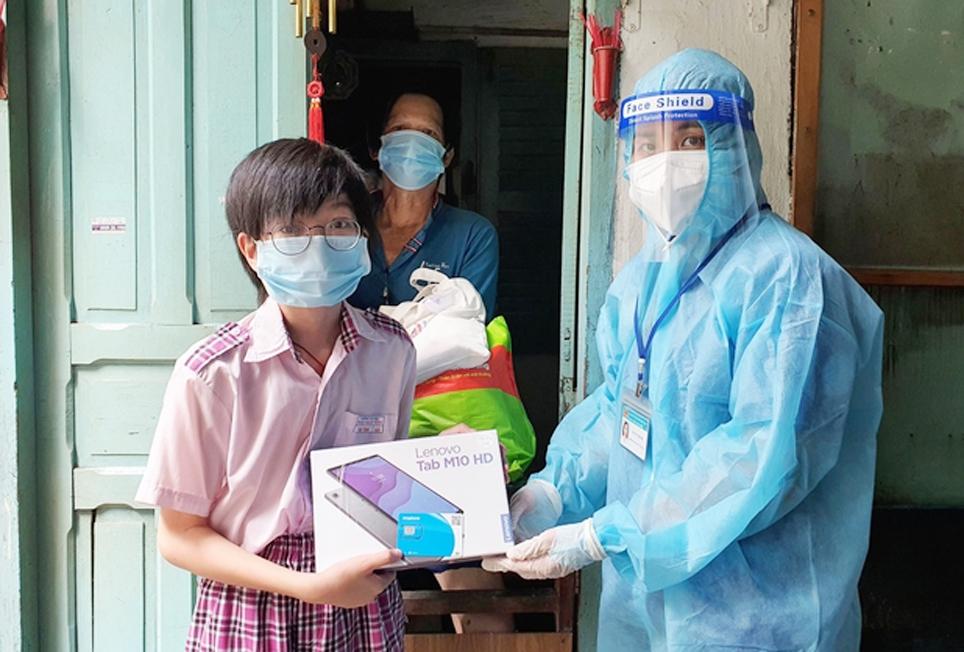 Đại diện Quận đoàn quận 10, TP. Hồ Chí Minh tặng máy tính bảng cho học sinh có hoàn cảnh khó khăn để học trực tuyến. (Ảnh Quận đoàn quận 10 cung cấp)