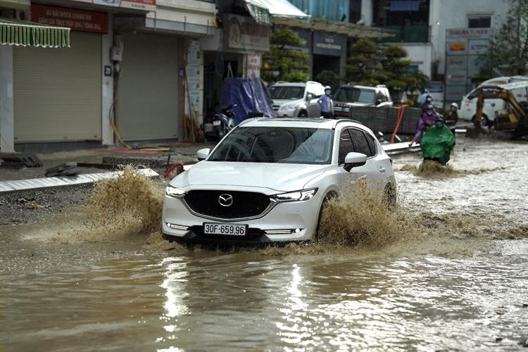 Trung Bộ mưa lớn, Bắc Bộ, Tây Nguyên và Nam Bộ có lốc, sét, mưa đá
