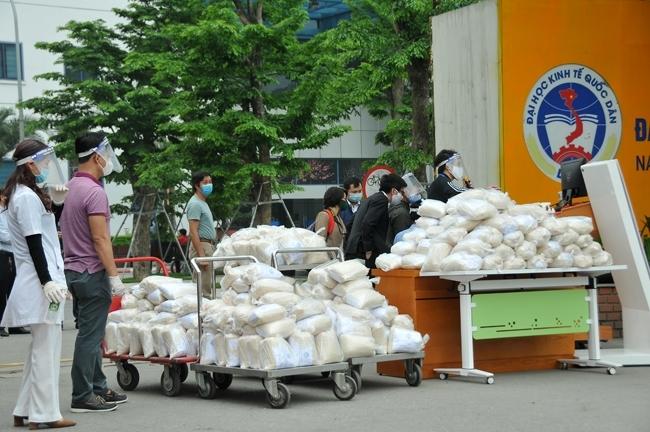 Tại Trường Đại học Kinh tế Quốc dân, cán bộ, giảng viên nhà trường phối hợp với một số đơn vị tổ chức cung cấp hàng chục tấn gạo miễn phí tới tay người dân