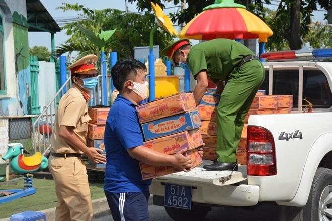 Công an tỉnh Lâm Đồng trao quà hỗ trợ người dân gặp khó khăn trong mùa dịch
