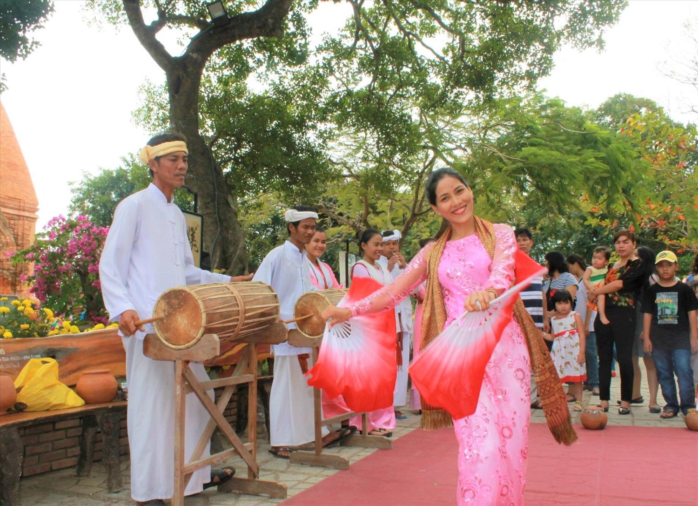 Tác giả Kiều Maily biểu diễn điệu múa trên tháp