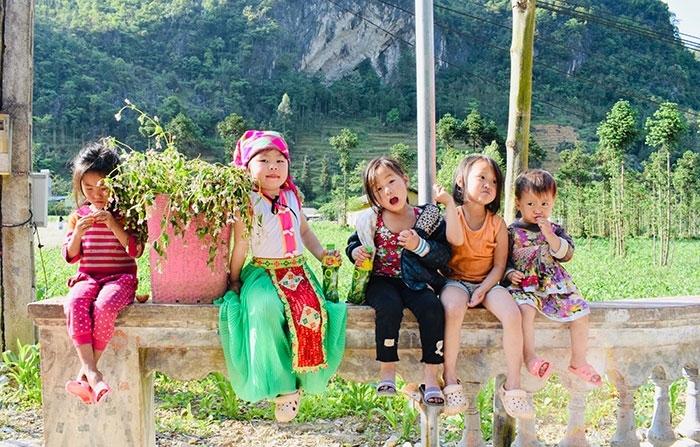Vẻ đẹp của Hà Giang đôi khi còn thu hút du khách chỉ bởi ánh mắt ngây thơ của những em bé trong trang phục truyền thống của dân tộc Mông hay nụ cười duyên dáng của những cô gái Lô Lô mà vô tình ta bắt gặp trên đường