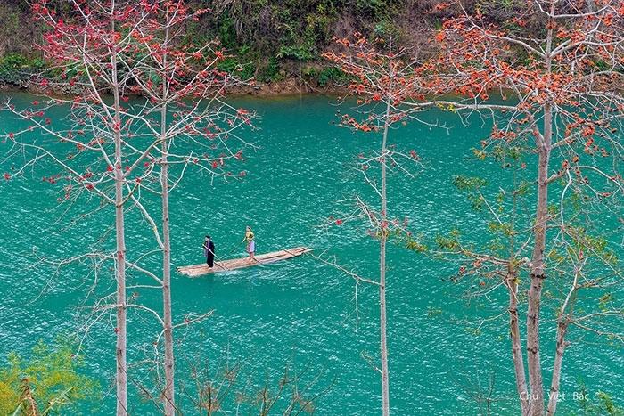 Sông Nho Quế bắt nguồn từ Vân Nam (Trung Quốc), chảy vào Việt Nam ở địa đầu cực Bắc thuộc xã Lũng Cú, huyện Đồng Văn, tỉnh Hà Giang, được vinh danh là một trong những Thung lũng Kiến tạo độc nhất vô nhị ở nước ta. Nằm dưới chân những ngọn núi tai mèo hiểm trở của Hà Giang, dòng sông Nho Quế quanh năm êm đềm chảy giữa những vách đá, tạo thành một đường biên giới màu xanh biếc giữa đèo Mã Pí Lèng và đường Săm Pun