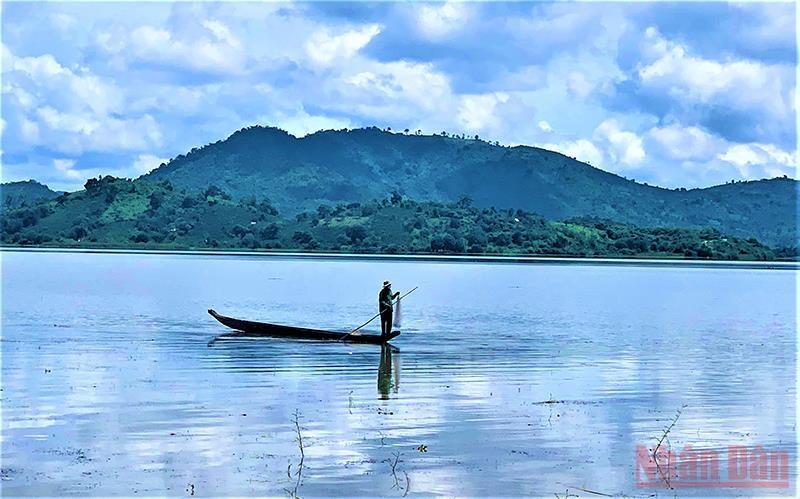 Bao quanh hồ Lắk là nhiều đồi núi ngày đêm soi bóng xuống hồ Lắk. Một người dân chèo thuyền đánh bắt cá trên hồ Lắk