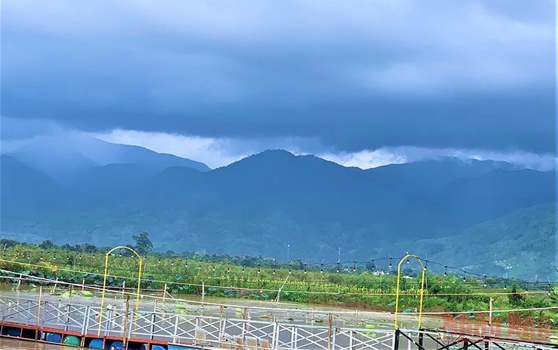 Ở thượng nguồn hồ Lắk là dãy núi Chư Yang Sin với đỉnh núi cao 2.442m so với mực nước biển, là dãy núi cao nhất tỉnh Đắk Lắk