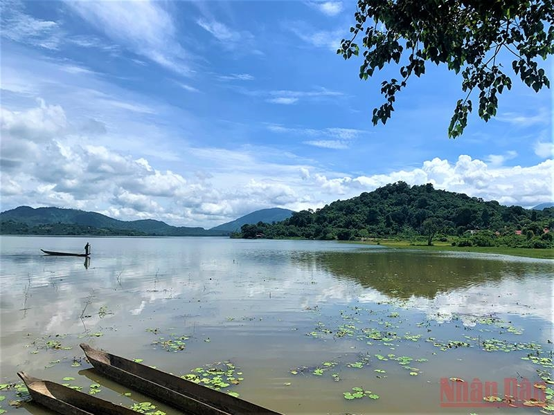 Bên hồ Lắk có một đồi cao bao phủ cây rừng, nơi tọa lạc của Biệt điện Bảo Đại
