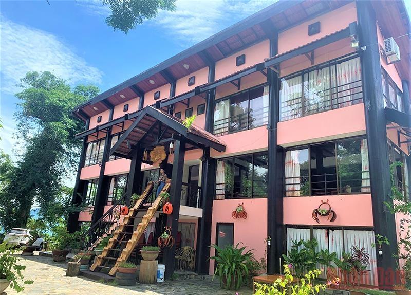 Biệt điện Bảo Đại tọa lạc trên quả đồi cao bên hồ Lắk được xây dựng với kiến trúc hiện đại