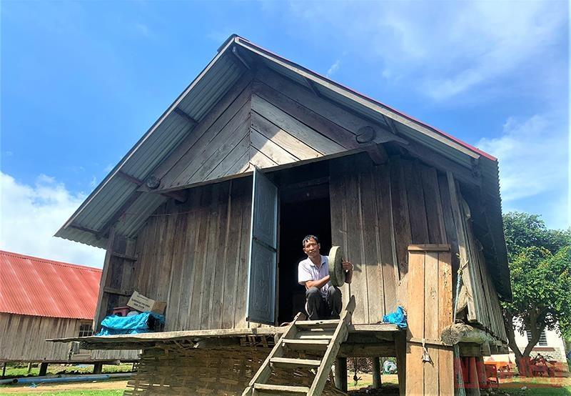 Mỗi khi chiều về, trên ngôi nhà dài truyền thống bên hồ Lắk, bà con dân tộc M'nông vẫn đem cồng chiêng ra đánh để nhắc nhở con cháu bảo tồn văn hóa truyền thống của dân tộc mình