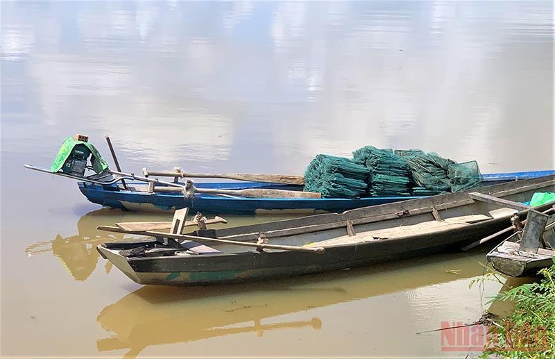 Những chiếc xuồng của người dân dùng để chèo đi đánh bắt cá trên hồ Lắk