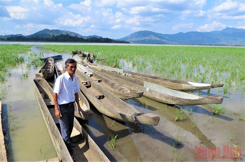 Những chiếc thuyền độc mộc phục vụ khách du lịch trên hồ Lắk, nhưng do ảnh hưởng của dịch Covid-19, hơn 5 tháng nay không có khách du lịch, các thuyền vẫn chờ đón khách