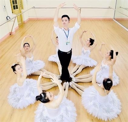 Thầy giáo Hà Trung trong buổi lên lớpTiết mục múa trong buổi giao lưu do Hà Trung làm tổng đạo diễn