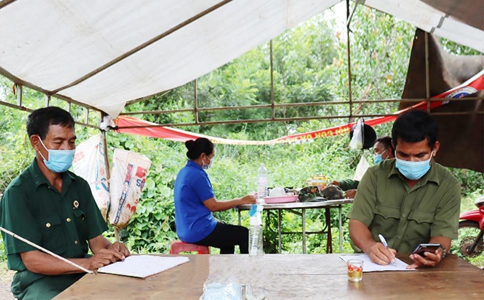 Đại diện các hội, đoàn thể trong thôn tham gia trực tại chốt kiểm soát dịch thôn Thiện Cư, xã Thiện Hưng, huyện Bù Đốp