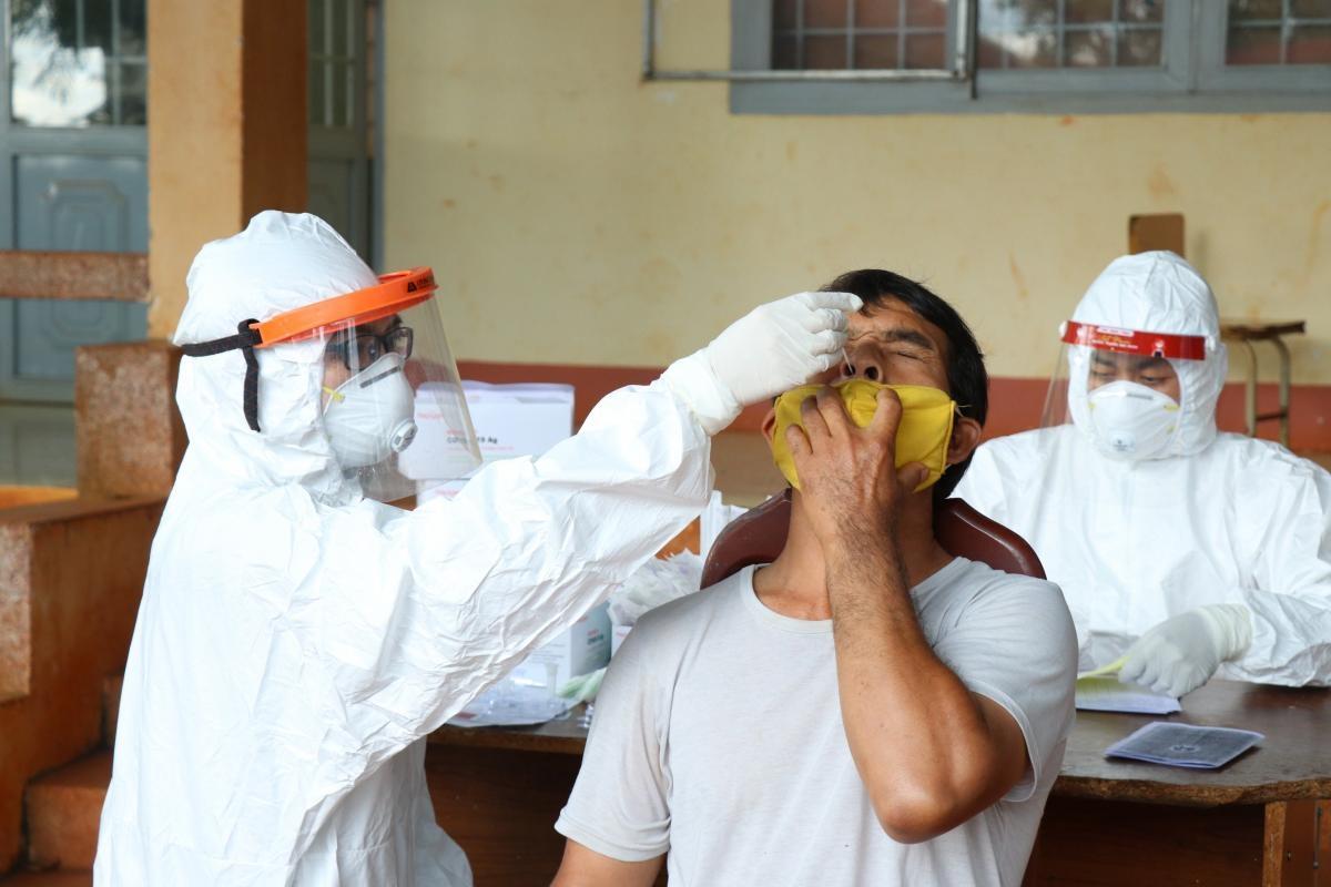 Lực lượng y tế lấy mẫu xét nghiệm Covid-19 cho người dân buôn Đrao, xã Cư Né (huyện Krông Búk)