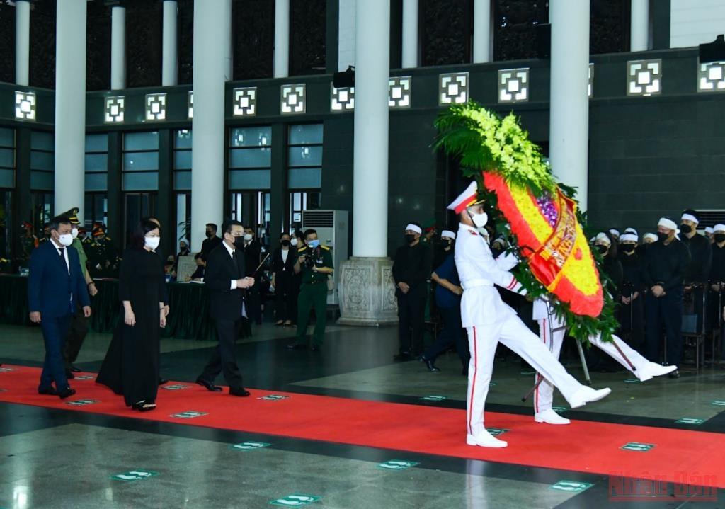 Đoàn Thành ủy, HĐND, UBND, Ủy ban Mặt trận Tổ quốc Việt Nam thành phố Hà Nội do Chủ tịch UBND thành phố Chu Ngọc Anh dẫn đầu vào viếng Đại tướng Phùng Quang Thanh.