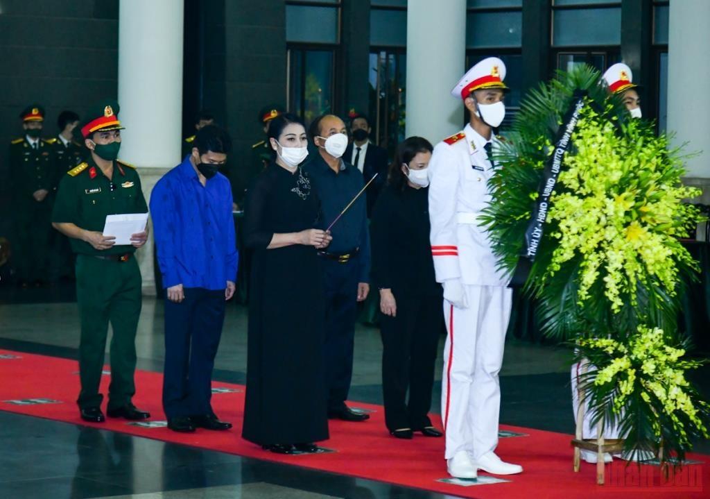 Đoàn tỉnh Vĩnh Phúc do Bí thư Tỉnh ủy Hoàng Thúy Lan dẫn đầu vào viếng đồng chí Phùng Quang Thanh