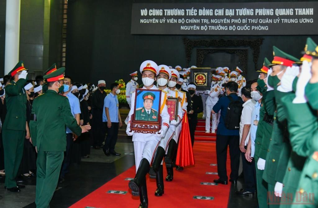 Tiếp đó, các đồng chí lãnh đạo Đảng, Nhà nước, đại diện các bộ, ban, ngành, đoàn thể, đồng chí và gia quyến đã đi quanh linh cữu lần cuối tiễn biệt Đại tướng Phùng Quang Thanh