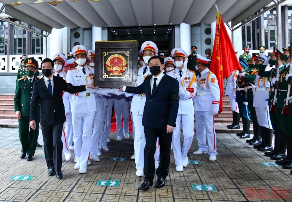 Lãnh đạo Đảng, Nhà nước đưa linh cữu đồng chí Phùng Quang Thanh ra xe tang.