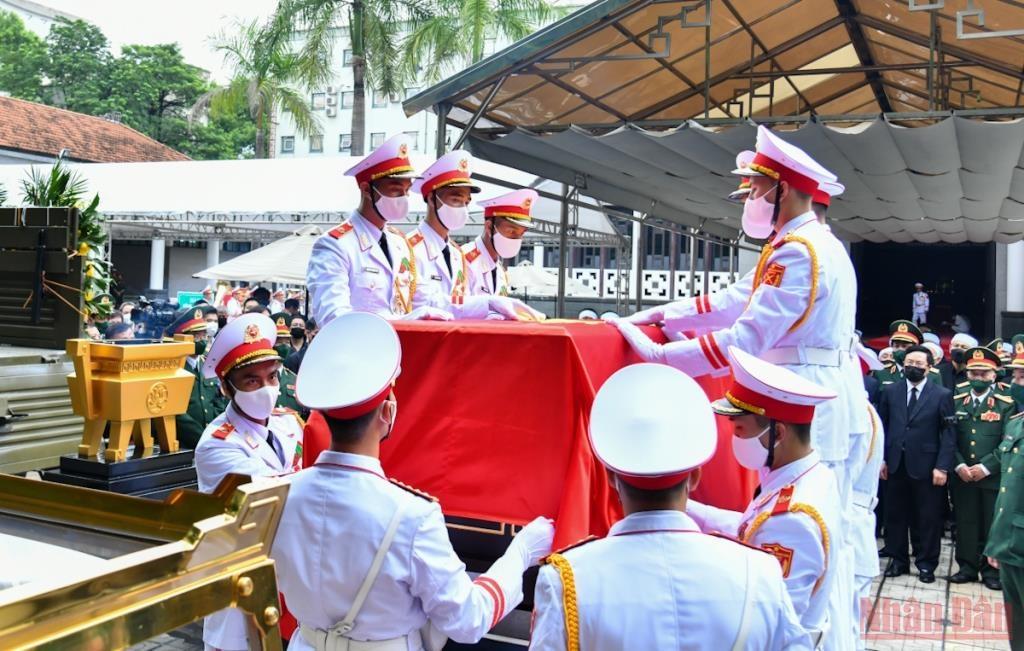 Linh cữu Đại tướng Phùng Quang Thanh được phủ Quốc kỳ trang trọng