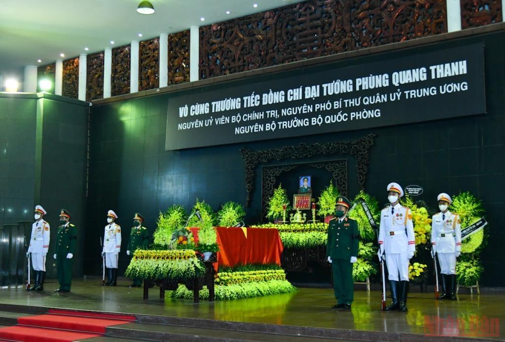 Đúng 7 giờ, lễ viếng được cử hành trọng thể tại Nhà Tang lễ quốc gia, số 5 Trần Thánh Tông (Hà Nội). Tang lễ Đại tướng Phùng Quang Thanh được tổ chức với nghi thức lễ tang cấp Nhà nước.