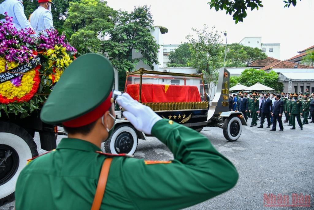 Linh xa đưa linh cữu Đại tướng Phùng Quang Thanh rời Nhà Tang lễ quốc gia.