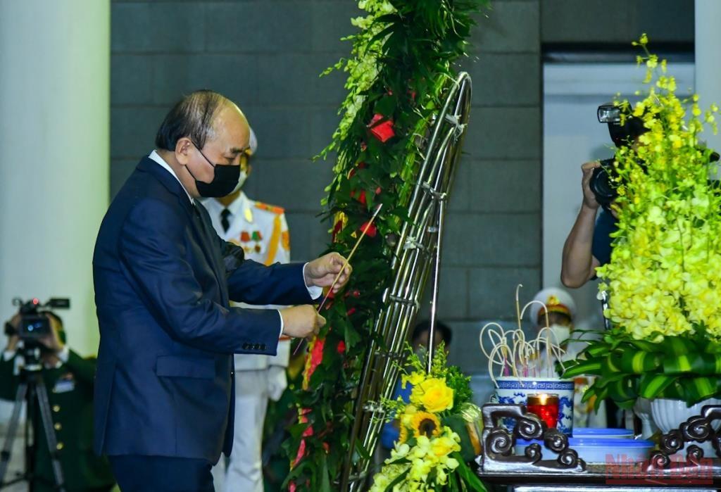 Chủ tịch nước Nguyễn Xuân Phúc thắp hương viếng đồng chí Phùng Quang Thanh.