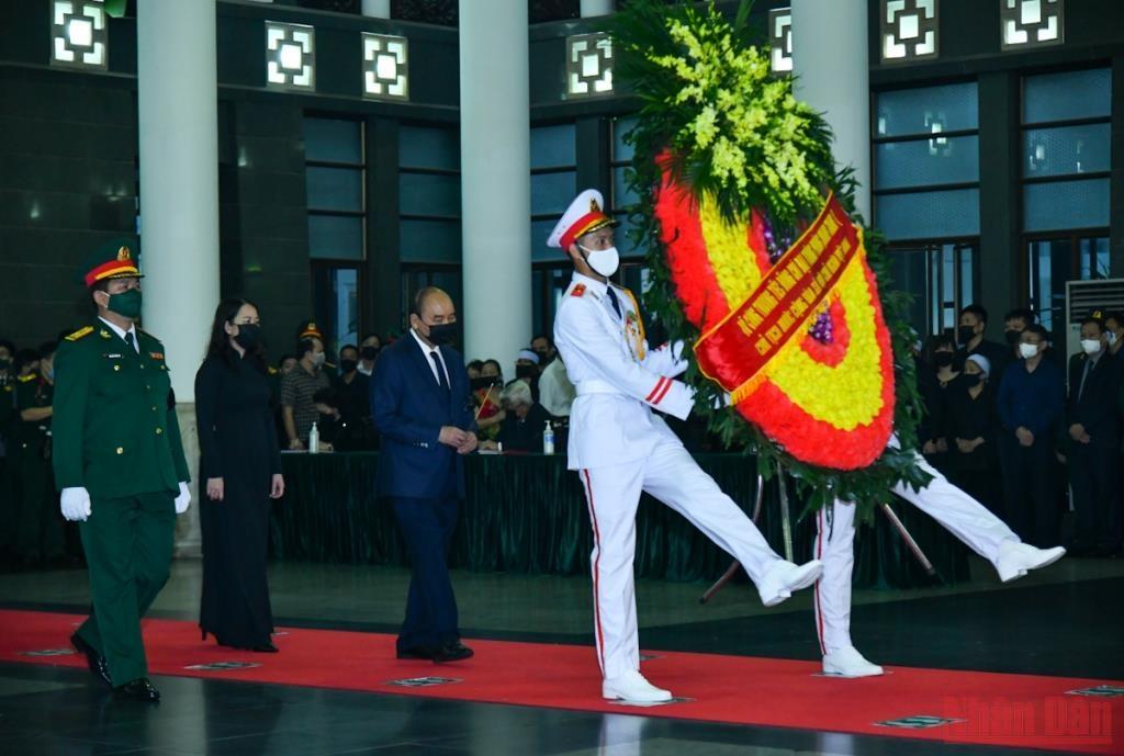 Đoàn Chủ tịch nước CHXHCN Việt Nam do đồng chí Nguyễn Xuân Phúc, Ủy viên Bộ Chính trị, Chủ tịch nước dẫn đầu vào viếng và chia buồn cùng gia quyến.