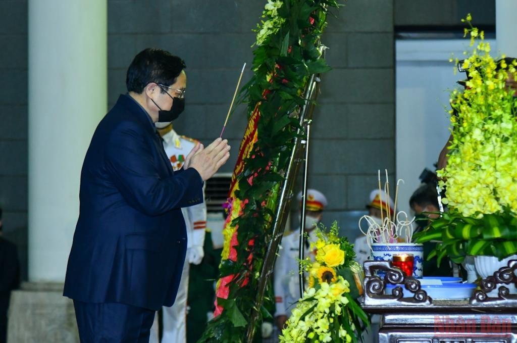 Đoàn Chính phủ nước CHXHCN Việt Nam do đồng chí Phạm Minh Chính, Ủy viên Bộ Chính trị, Thủ tướng Chính phủ, dẫn đầu vào viếng và chia buồn cùng gia quyến