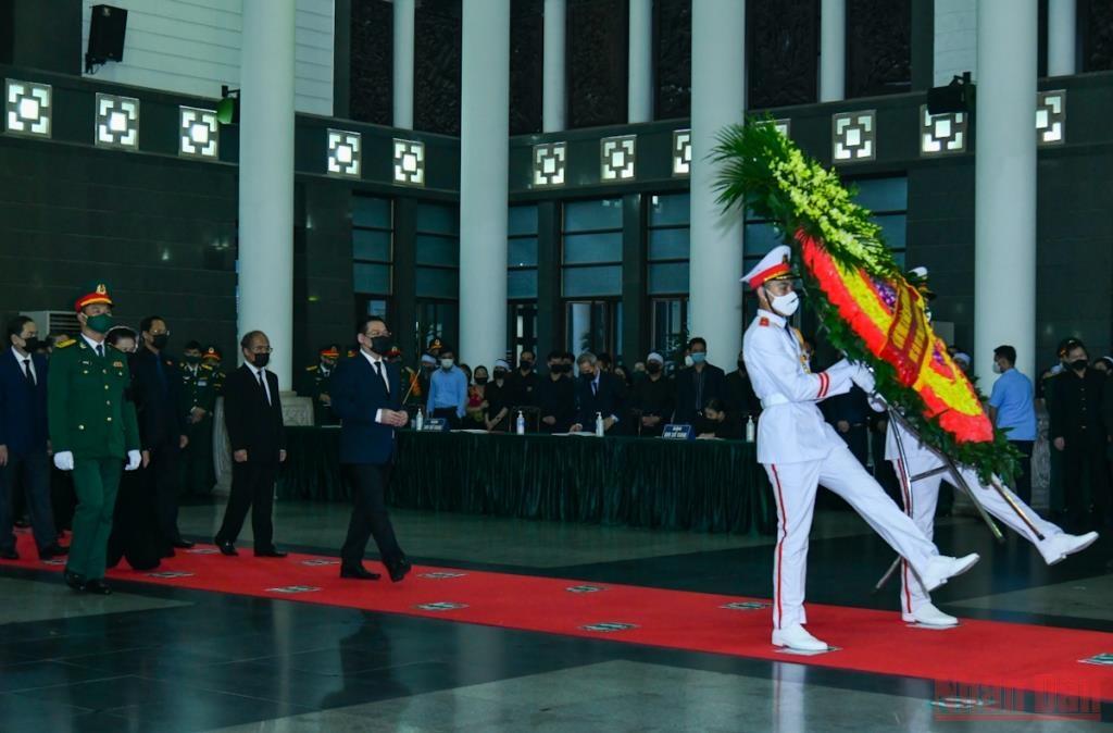 Đoàn Quốc hội nước CHXHCN Việt Nam do đồng chí Vương Đình Huệ, Ủy viên Bộ Chính trị, Chủ tịch Quốc hội dẫn đầu vào viếng đồng chí Phùng Quang Thanh.