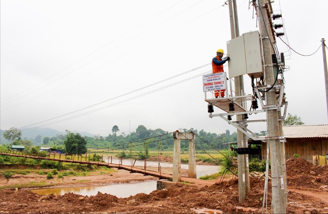 Công ty điện lực Mừơng Nhé đang chuẩn bị những bước cuối cùng trước khi đóng điện xã Mường Toong